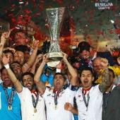 Los jugadores del Sevilla levantan el trofeo de campeones de la Europa League