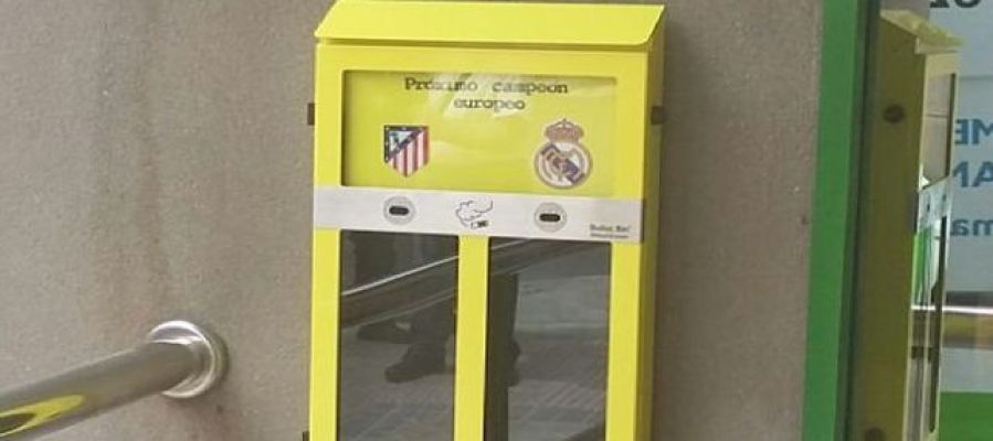 Imagen de las papeleras 'urnas' que ha instalado el Ayuntamiento de Madrid para votar quién ganará la final de Champions