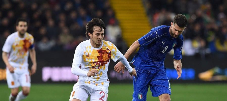 David Silva (21)elude la marca de Pellé (9) en el España 1-1 Italia