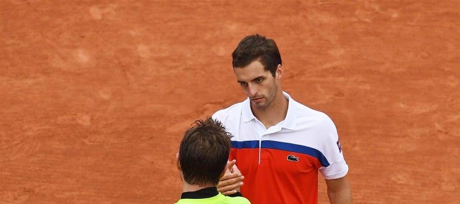 Wawrinka saluda a Albert Ramos después de su partido en Roland Garros