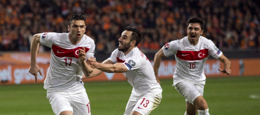 Yilmaz celebra un gol con Turquía
