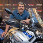 Hugo Scagnetti junto a su moto conectada