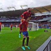 Piqué y Ramos celebran el gol de España ante la República Checa