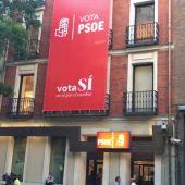 Frame 7.35256 de: Los vecinos de Ferraz amenizan la espera del debate 13J con el himno del PP