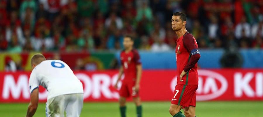 Cristiano tuerce el gesto durante el duelo ante Islandia
