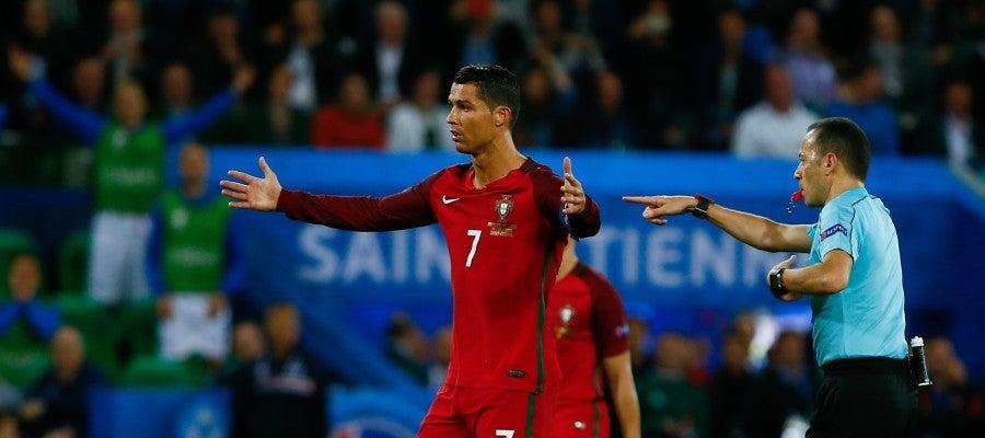 Cristiano Ronaldo protesta una decisión arbitral durante el partido de Portugal