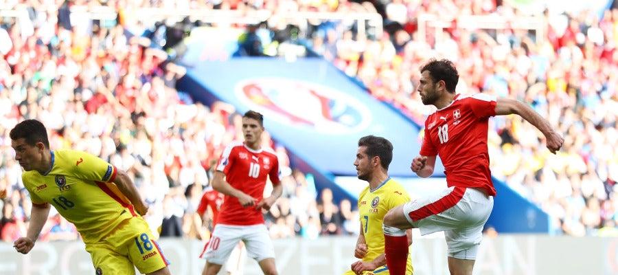 Mehmedi empalma el balón para firmar el empate ante Rumanía