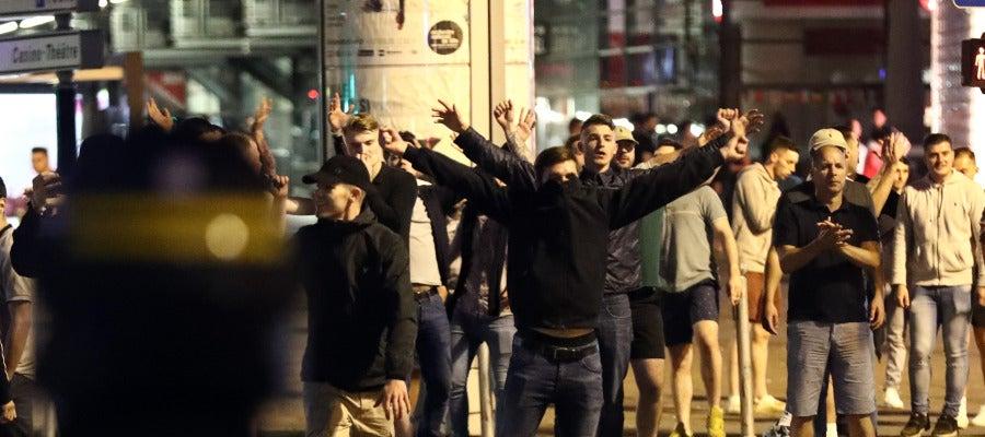 Hinchas radicales desafían a la Policía en Lille