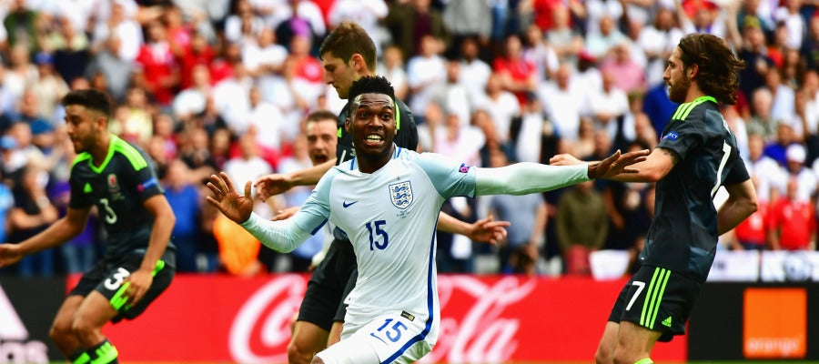 Daniel Sturridge celebra su gol ante Gales