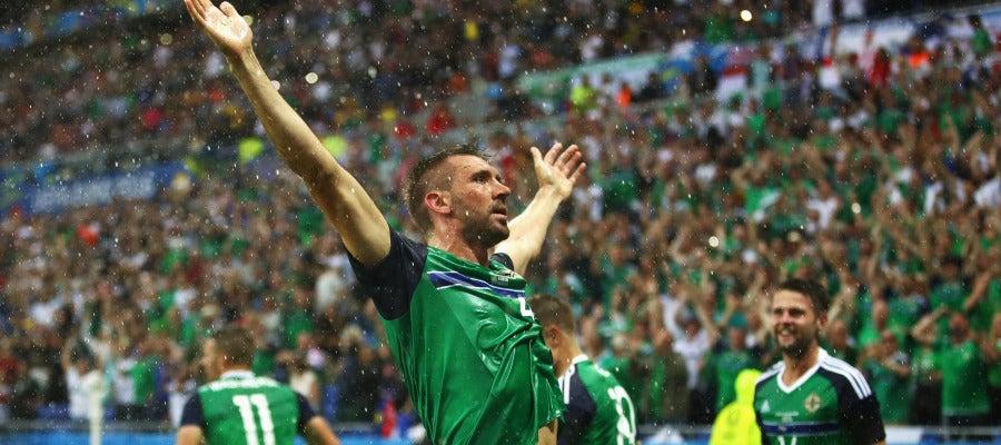 Gareth McAuley celebra su gol ante Ucrania