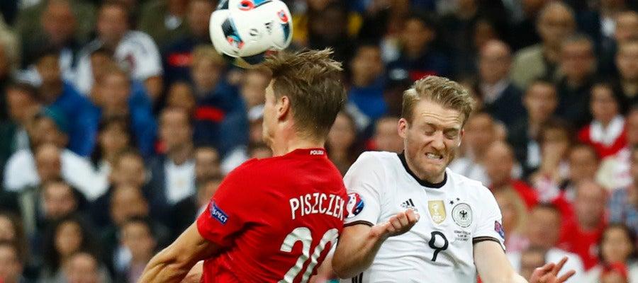 Piszczek disputa un balón con Schurrle