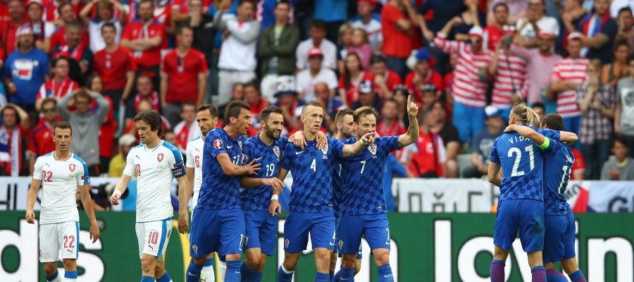 Ivan Perisic, felicitado por su compañeros tras marcar ante República Checa