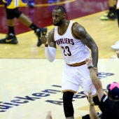 LeBron James celebra una canasta durante el partido