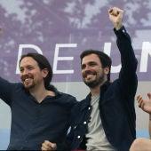 Pablo Iglesias y Alberto Garzón durante el mitin de cierre de la campaña electoral de Unidos Podemos