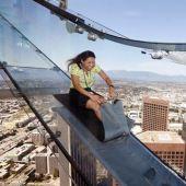 Un tobogán en el piso 70 de la torre del U.S. Bank, Los Angeles