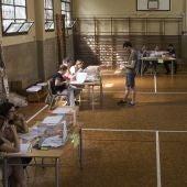 Elecciones Generales 2019: Un ciudadano vota en un colegio electoral de Barcelona
