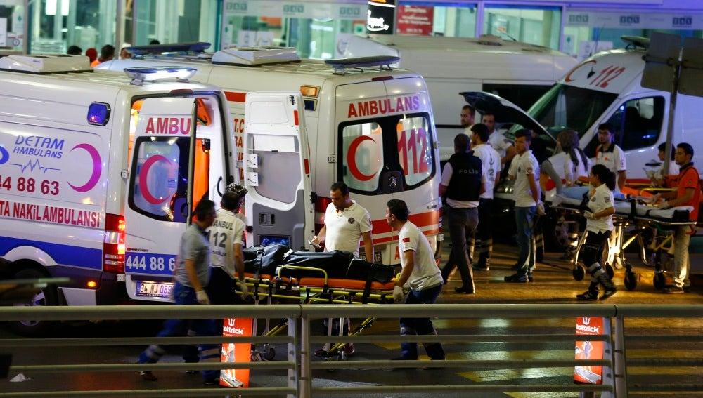 Varias ambulancias en el aeropuerto de Estambul