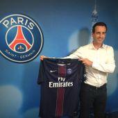 Unai Emery posa con la camiseta del PSG