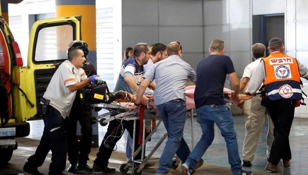 Miembros de los servicios de emergencias trasladan a un herido del ataque al centro médico Shaare Zedek de Jerusalén
