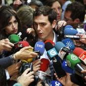 El presidente de Ciudadanos, Albert Rivera, atiende a la prensa en el Congreso de los Diputados