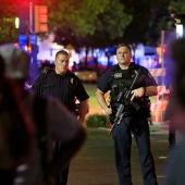 Varios policías custodian la zona de Dallas donde varios policías han sido tiroteados