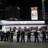 Agentes de la policía de Dallas permanecen en guardia en la esquina de Ross Avenue con Griffin street durante una manifestación