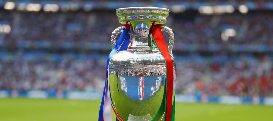 El trofeo de la Eurocopa, en Saint-Denis