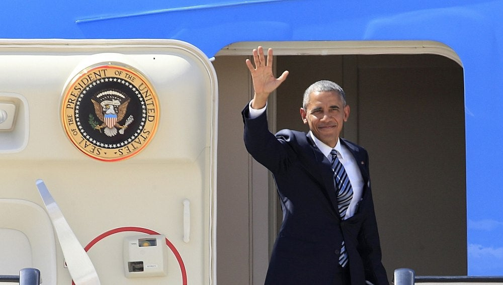 El presidente de EEUU, Barack Obama, saluda desde el Air Force One en la base aérea de Torrejón de Ardoz
