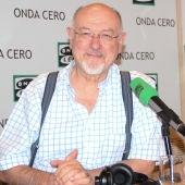 Juan Eslava Galán en los estudios de Onda Cero
