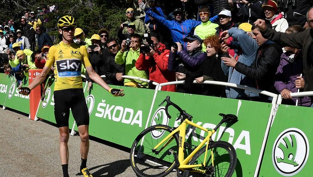 Chris Froome, con su bicicleta en la valla