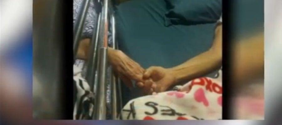 Marido y mujer mueren sujetándose las manos