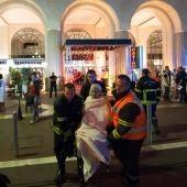 Personal sanitario ayudando a los afectados en el atentado en Niza