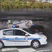 Un coche de la policía bloquea un túnel subterráneo cerca de donde se ha producido el secuestro en Normandía