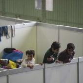 Un grupo de niños refugiados juega en una de las habitaciones de un albergue en Berlín