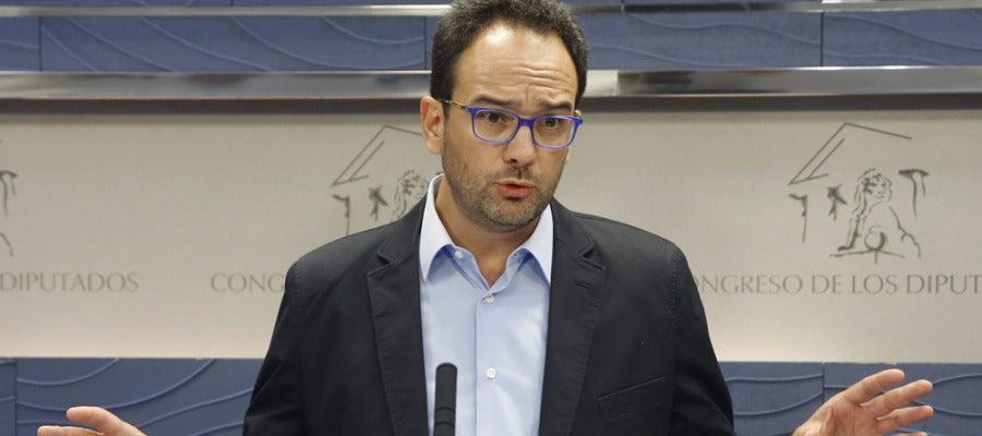 Antonio Hernando durante una rueda de prensa en el Congreso
