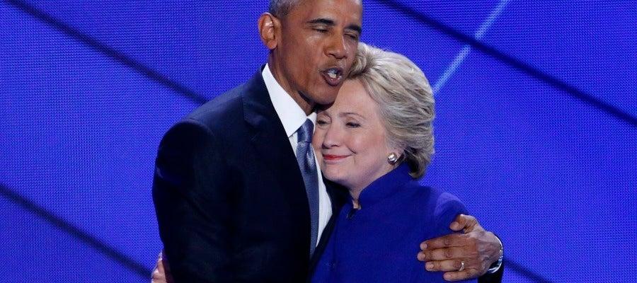 Barack Obama abraza a Hillary Clinton en una convención del partido.