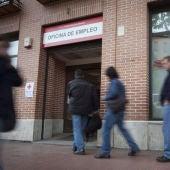 Varias personas entran a una oficina de empleo