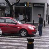 "Frame 64.42633 de: Anna Simon sobre el vídeo del hombre que frena a un coche en un paso de cebra:""Podría haber salido mal"""