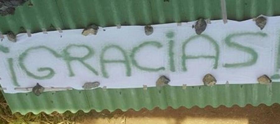 Sábana con la palabra 'Gracias' pintada en una azotea de La Palma