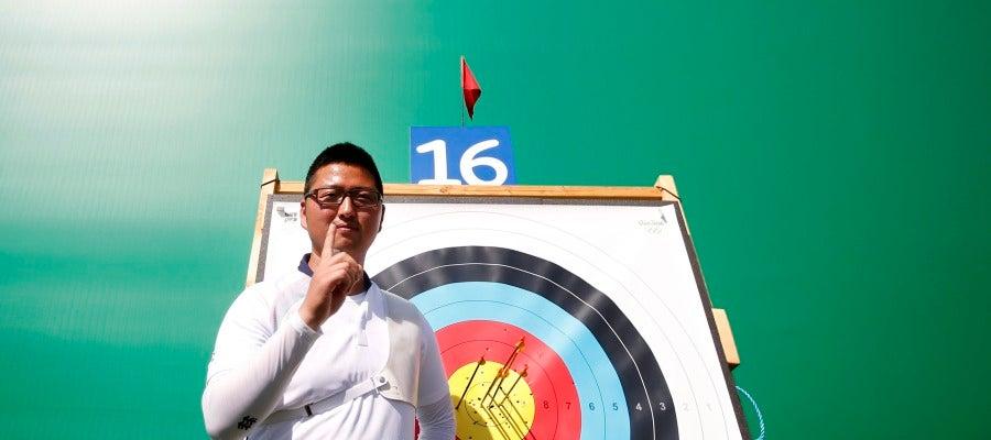 El surcoreano Kim Woojin celebra el nuevo récord del mundo