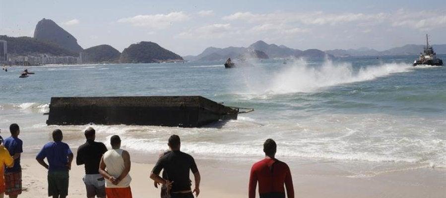 Operarios de Río rescatan la plataforma hundida