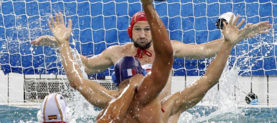 Daniel López intenta bloquear un lanzamiento de Igor Kovacevic
