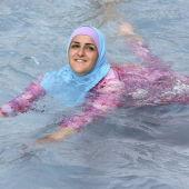 Una mujer se baña en 'burkini'