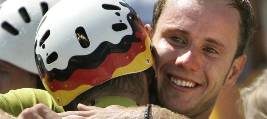 Stefan Henze, en 2004, celebrando su medalla de plata conseguida junto a su compañero Becker