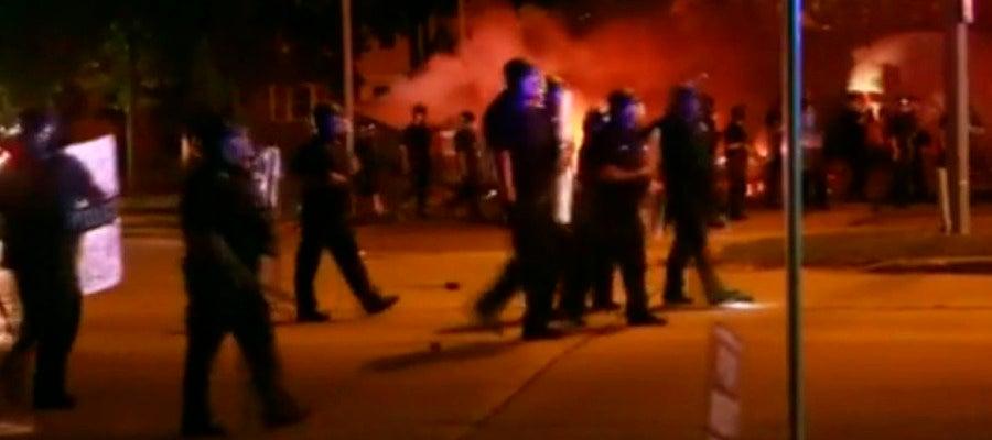 Enfrentamientos en Milwaukee tras la muerte de un joven negro por disparos de la Policía