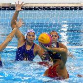 Imagen del partido de waterpolo entre la selección española femenina y la rusa