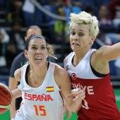 Anna Cruz pelea un balón ante una jugadora turca