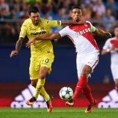 Soriano y Dirar pelean por la posesión del balón