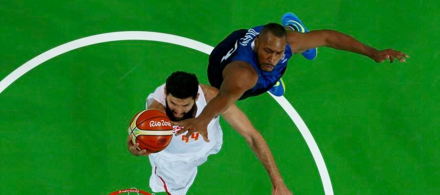 Nikola Mirotic intenta anotar ante la defensa de Boris Diaw