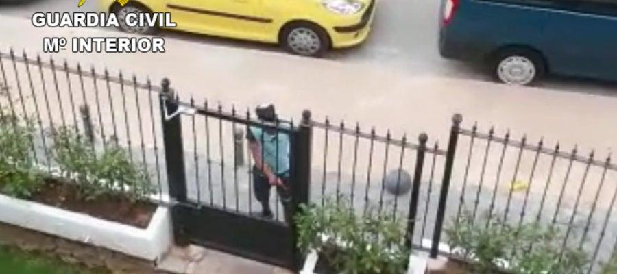 El detenido intentando entrar en la vivienda
